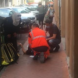 Imperia, donna ha un malore in via Belgrano. Cadendo ha riportato un trauma alla testa (foto)