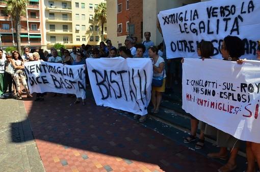 """Ventimiglia: in 300 alla manifestazione contro i migranti. Il pubblico invoca le dimissioni del Sindaco.  Ballestra: """"Non vorrei che qualcuno si facesse giustizia da solo"""" (Foto e video)"""
