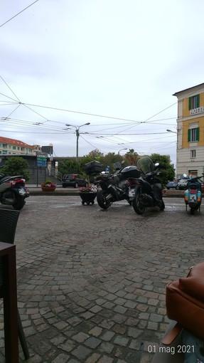 """Sanremo, la segnalazione di un nostro lettore: """"aree pedonali di piazza Colombo invase dalle moto"""""""