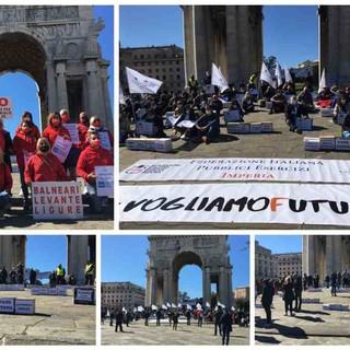 """""""Vogliamo futuro"""", gli operatori del turismo scendono in piazza a Genova: """"Situazione drammatica, famiglie vivono condizione imbarazzante"""" (foto e video)"""