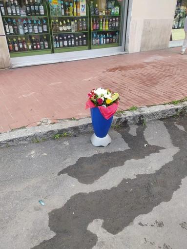 Omicidio suicidio a Ventimiglia: la Lega porta un mazzo di fiori per Sharon Micheletti
