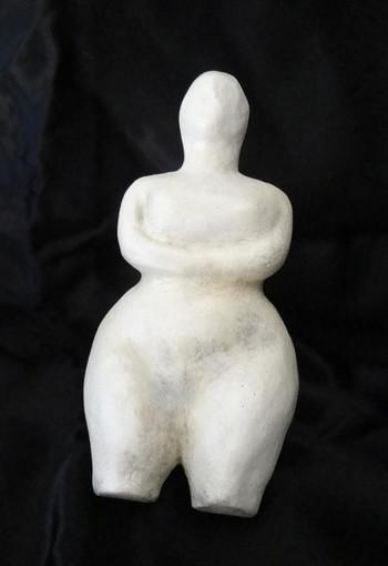 L'artista imperiese Serenella Sossi alla mostra curata da Francesca Bogliolo a Villa Maria a Quiliano