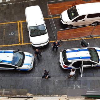 Sanremo: blitz anti contraffazione, sequestrati in un'abitazione di Piazza Nota numerosi articoli tra cui orologi, borse e cinture (foto)