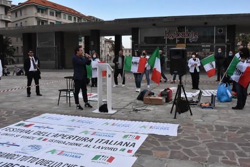 """Sanremo, manifestazione di protesta di commercianti e imprenditori: """"Il Governo apra le attività"""" (foto)"""