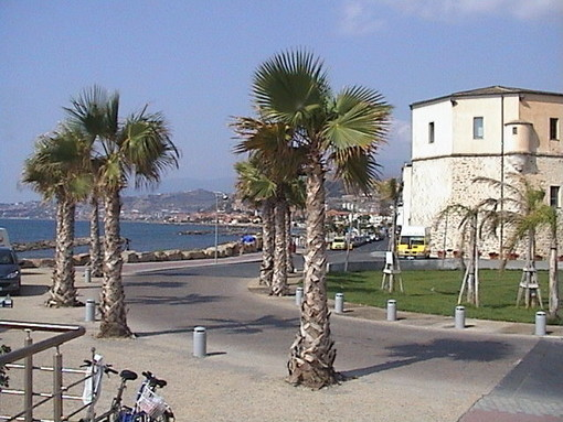 Santo Stefano al Mare: si 'imbarca' il pavimento di piazza Baden Powell, serve un prato artificiale per l'estate