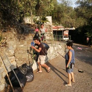 Ventimiglia: ripulito il rione Baussi da un gruppo di 'Volontari individuali' (foto)