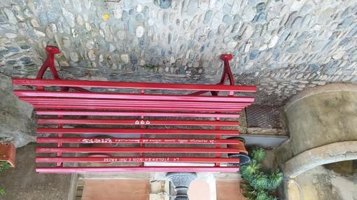 Pietrabruna, installata dalla Pro Loco la panchina rosso contro la violenza sulle donne