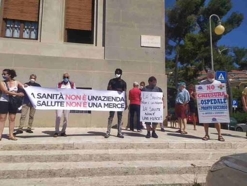 Imperia: presidio di 'Cittadinanza Attiva' contro l'ospedale unico. Il primo agosto la manifestazione (foto e video)