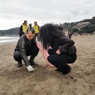 Piero Pelù e Legambiente mercoledì 5 febbraio a Sanremo  per liberare la spiaggia dai rifiuti: seconda tappa del Clean Beach Tour durante il festival della canzone italiana