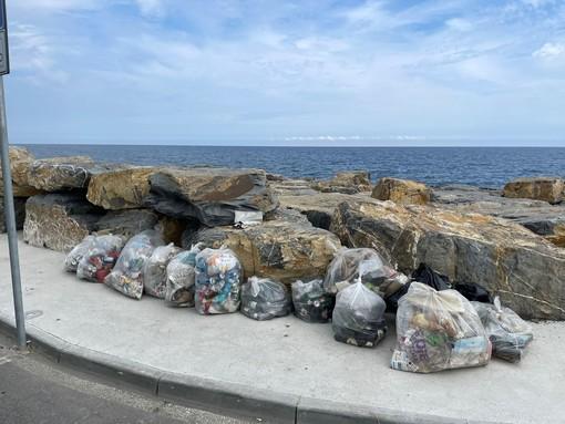 """Imperia, pulizia al parco urbano: """"Raccolti una quarantina di sacchi di vetro, plastica e lattine"""" (foto e video)"""