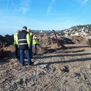 Arma di Taggia: spiagge pronte per i turisti entro le vacanze di Pasqua, iniziata la rimozione del legname