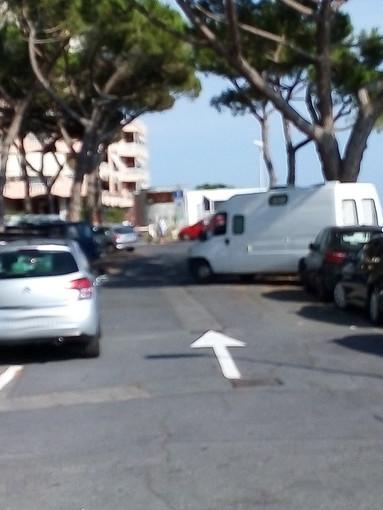 Ventimiglia: lettore di piazza De Gasperi segnala ancora 'parcheggi creativi' in barba ad ogni divieto