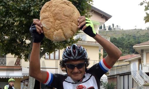 Triora: il campione del ciclismo Claudio Chiappucci si è innamorato del Pane di Triora