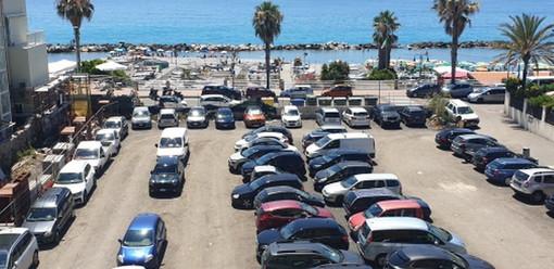 """Un gruppo di residenti sul lungomare di Ventimiglia: """"Costretti a vivere con le finestre chiuse in piena estate a causa del parcheggio e della musica sfrenata"""""""