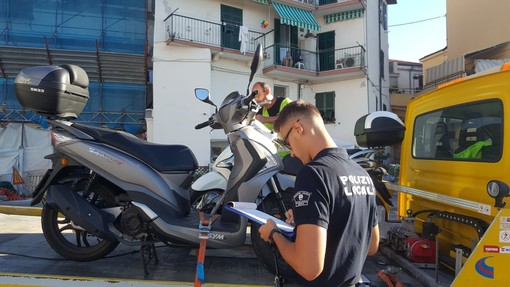 Imperia: blitz della polizia municipale in via Novaro, rimossi e multati gli scooter parcheggiati vicino al cantiere di piazzale Cristino (foto)