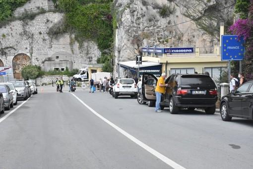 Ventimiglia: riaperta anche la frontiera di Ponte San Luigi, lunghe code dei francesi per un pacchetto di 'bionde'