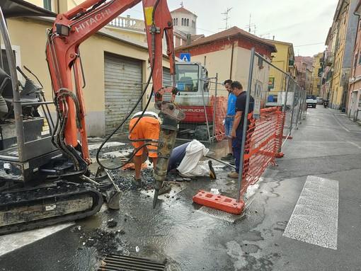 Imperia, ennesima rottura dell'acquedotto: operai a lavoro a Borgo Fondura (foto e video)