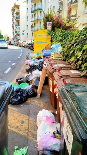 Sanremo: rifiuti sparsi ovunque in via Galilei, la segnalazione con foto di un residente