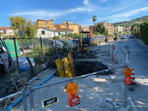 Diano Marina, ennesima rottura dell'acquedotto: dalle 21.30 sospesa l'erogazione in tutto il Golfo dianese (foto)