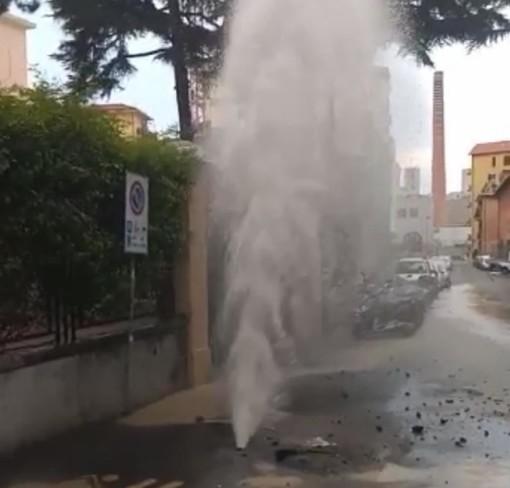 Imperia: ennesima rottura dell'acquedotto, geyser in via Foce (Foto)