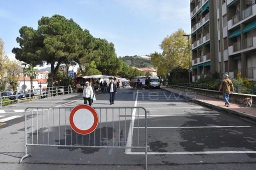 Vallecrosia: riparte il mercato degli ambulanti sul solettone, parola d'ordine sicurezza e distanziamento (foto e video)