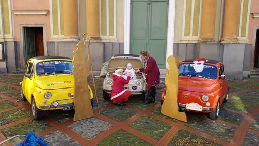 Le Fiat 500 portano il Natale a Dolceacqua: un raduno con presepi esposti nelle auto d'epoca (foto)