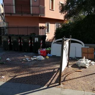 Sanremo: rifiuti abbandonati in piazza San Bernardo, la segnalazione con foto di una residente