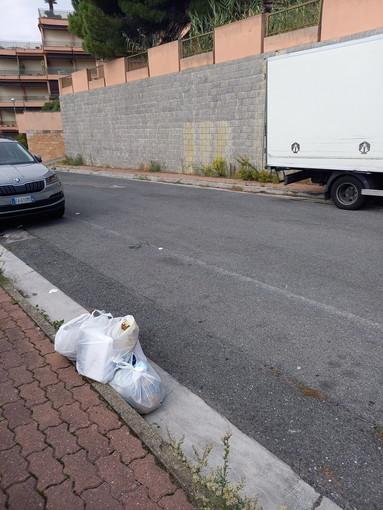 Sanremo: sacchetti dell'immondizia gettati a caso in via Flesia, la segnalazione con foto di una lettrice