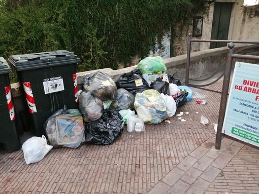 Sanremo: piazza San Bernardo, i ringraziamenti della nostra lettrice Paola Civardi all'operatore ecologico del quartiere