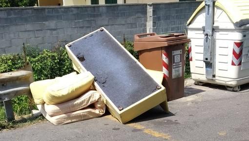 Diano Marina: rifiuti ingombranti abbandonati in via della Rodine, la denuncia dei residenti (foto)