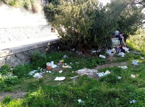 Ventimiglia: rifiuti abbandonati vicino a Corso Toscanini, la segnalazione con foto di un lettore