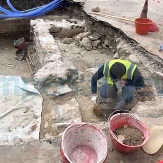 Imperia, rinvenuti resti antichi in spianata Borgo Peri durante la posa della fibra ottica: potrebbe essere il bastione di Santa Lucia (foto)