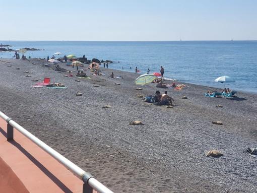 Ventimiglia: estate sicura, posizionati i sacchi di iuta nelle spiagge libere comunali (foto)