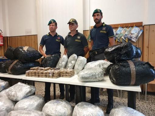 La droga sequestrata dalla Guardia di Finanza
