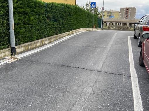 Imperia: pericoloso gradino sulla sede stradale in Via San Pio da Pietrelcina, la segnalazione di un residente