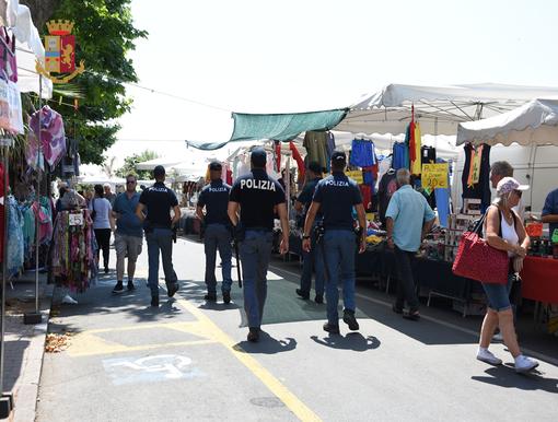 Ventimiglia: controlli al mercato del venerdì, sequestrati dalla Polizia oltre 100 pezzi contraffatti