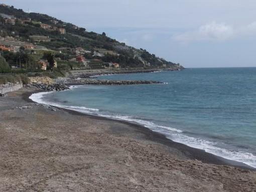 Cipressa: condizioni disagevoli alla spiaggia comunale degli Aregai, la segnalazione di un lettore
