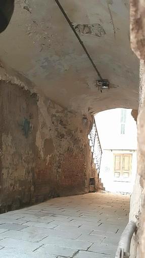Sanremo: sparite lampada e plafoniera all'interno del porticato che introduce in salita San Bernardo. È mistero