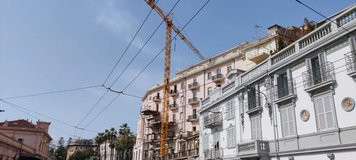 Sanremo, in piazza Cesare Battisti uomo sale su una gru e minaccia di buttarsi nel vuoto