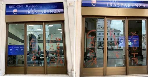"""Scritte sulla vetrina del palazzo della regione, Toti: """"Teppisti che invece del lavoro chiedono il reddito"""" (foto)"""