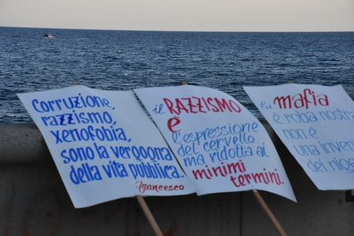 Sanremo, le 'Sardine ponentine' a Pian di Nave per l'evento '20 shoes against racism' (foto)
