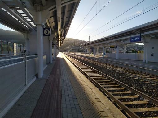 Coronavirus, scatta la fase due nel trasporto pubblico, pochi i passeggeri che viaggiano in treno (video)