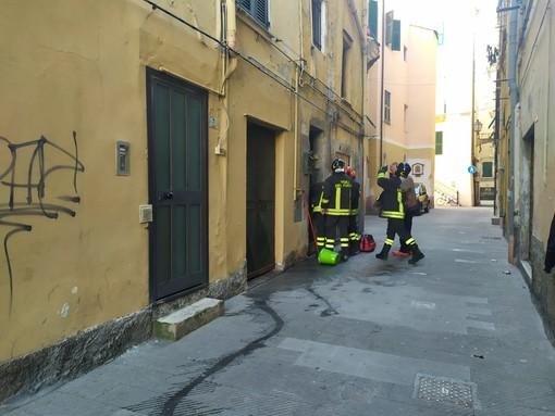 Imperia: resta chiuso fuori casa con una stufa accesa nell'appartamento. Intervengono i vigili del fuoco (foto e video)