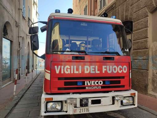 Imperia: fumo da un appartamento in via Bormano, intervento dei vigili del fuoco (foto)