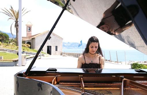 Bordighera: la pianista bordigotta Veronica Rudian a Sant'Ampelio per girare un video musicale (foto)