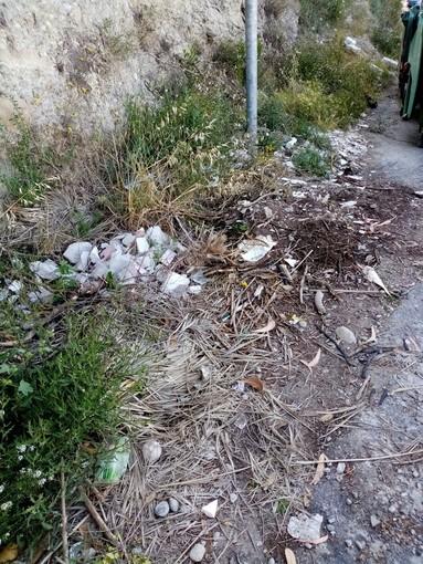 Ventimiglia, rifiuti abbandonati all'isola ecologica in via alle Ville: la segnalazione di un nostro lettore (foto)