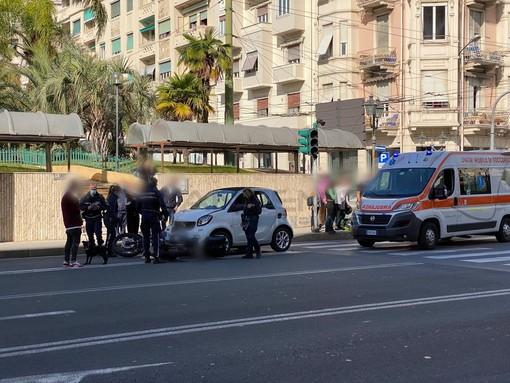 Sanremo: scontro frontale tra un'auto e una moto in via Roma, motociclista portato in ospedale