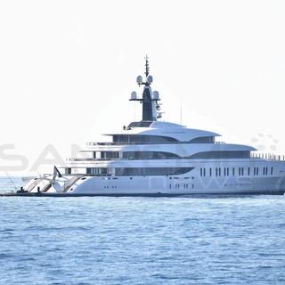 Lo yacht extralusso 'IJE' fa tappa davanti a Sanremo, destinazione Monaco Yacht Show